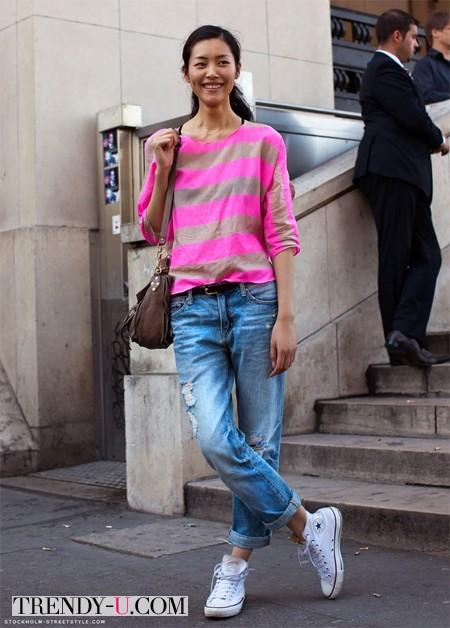 Яркая футболка с полосами и джинсы