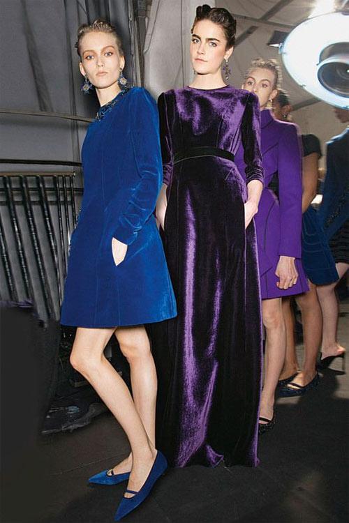 Синее короткое бархатное платье и балетки в тон