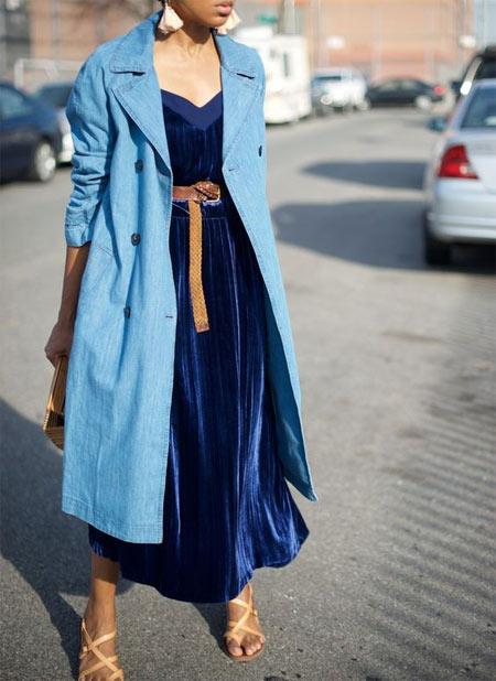 Бархатное платье и голубой тренч
