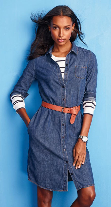 Синее джинсовое платье в сочетании с футболкой