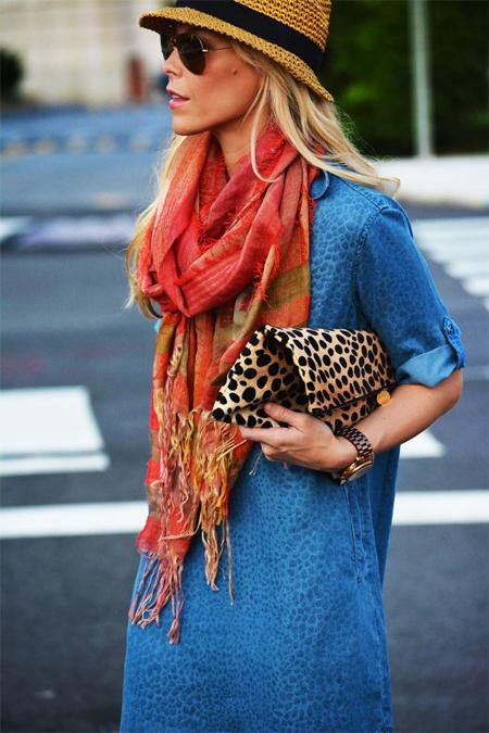 Синее платье из денима и шарф