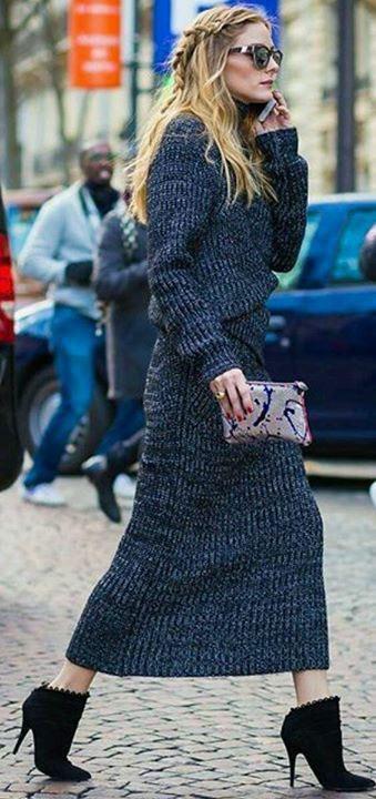 Оливия Палермо в синем платье и черных ботильонах. С клатчем в руках