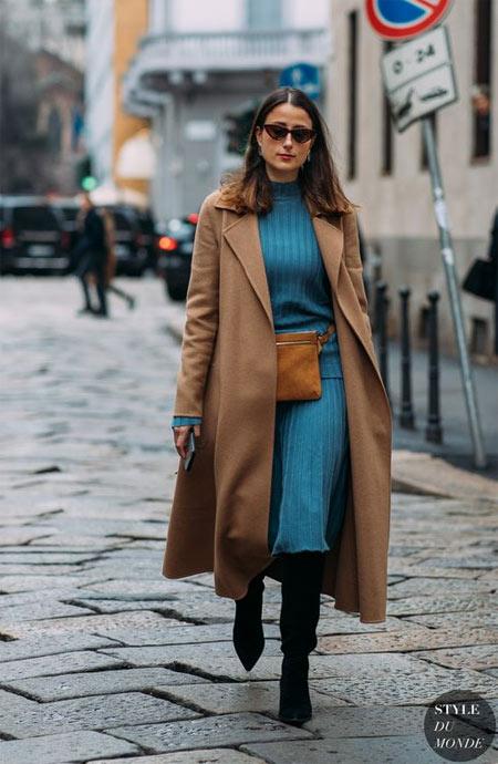 Синее трикотажное платье, сапоги, пальто