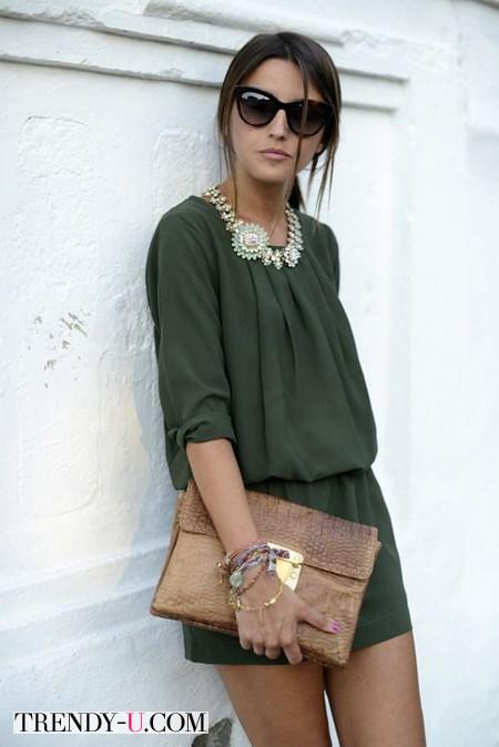 Платье защитного цвета, клатч, украшение