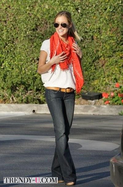 Белая футболка - красный шарф