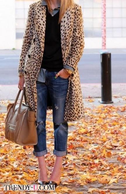 Пальто с леопардовым принтом и джинсы