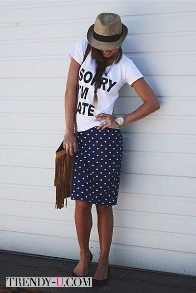 Белая футболка и юбка в горох