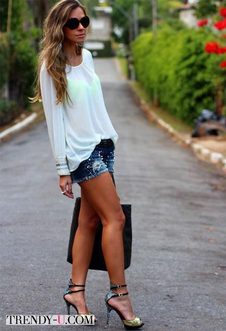 Шорты, белая блузка и золотистые босоножки на каблуке