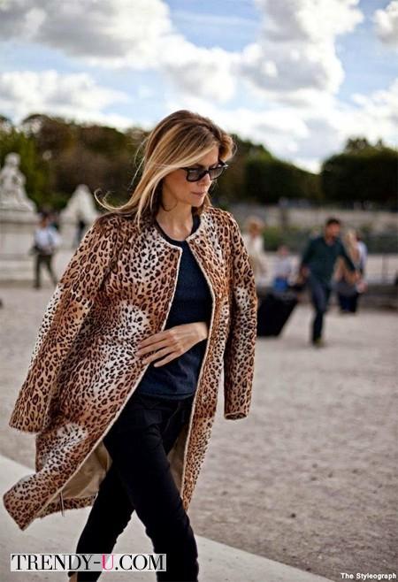 Стильная жнщина среднего возраста в пальто с леопардовым принтом
