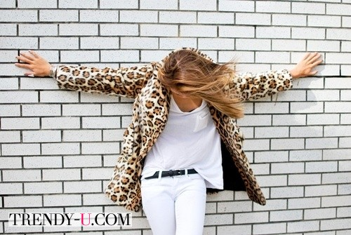 Пиджак с леопардовым принтом и белые джинсы с футболкой