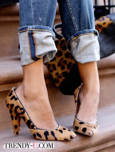 Туфли с хищным принтом и джинсы
