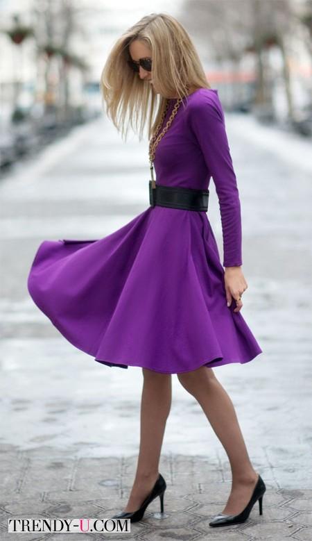 Ярко-фиолетовое платье и черные аксессуары