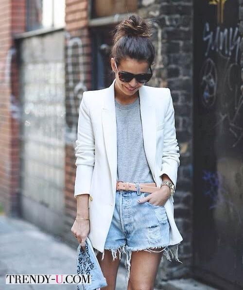 Лук с серой футболкой и белым пиджаком