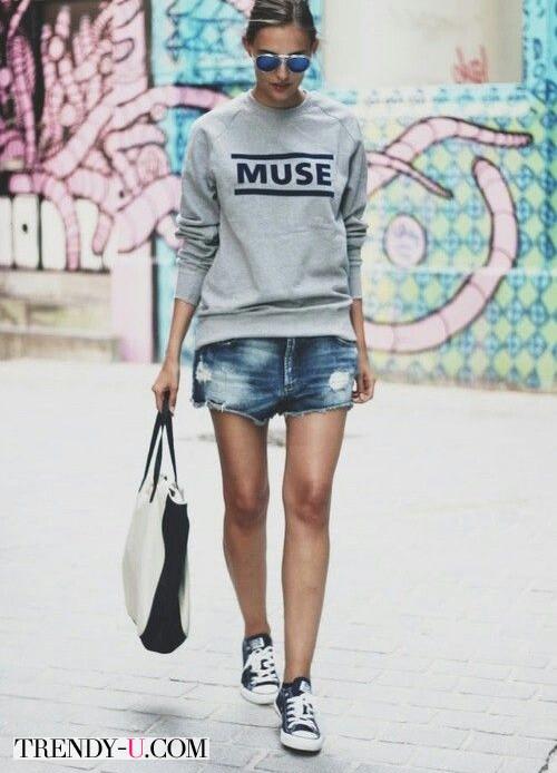 Кеды в сочетании с джинсовыми шортами