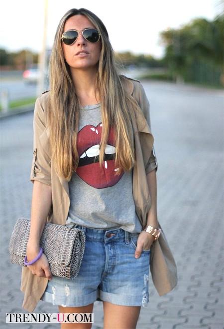 Шорты, футболка и бежевый пиджак