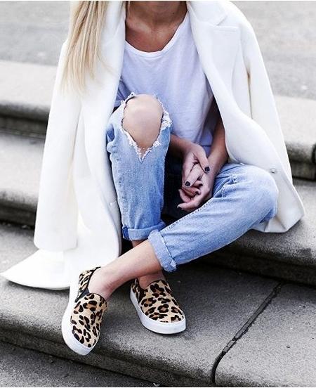 Леопардовые слипоны и рваные джинсы