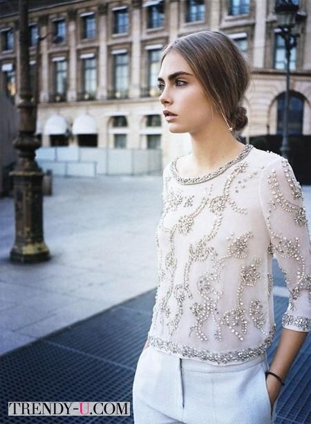 Кара Делевинь в белой блузке со стразами