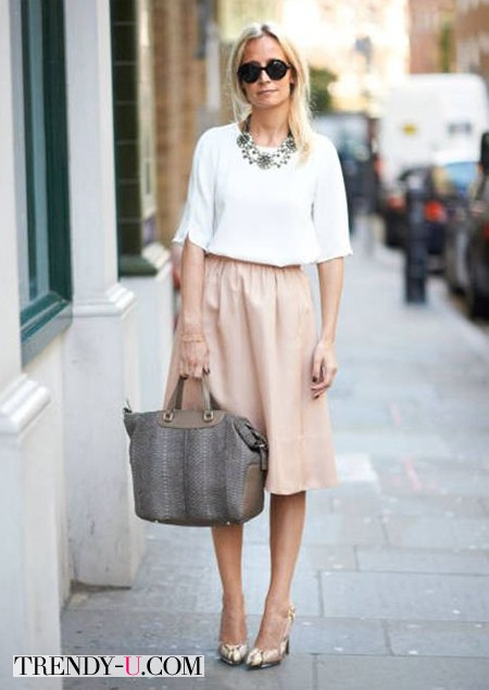 Белая блузка и бежевая юбка