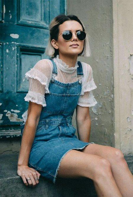 Джинсовый комбинезон в сочетании с ажурной блузкой