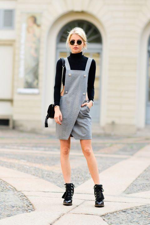 Серый комбинезон с юбкой в сочетании с черной укороченной водолазкой