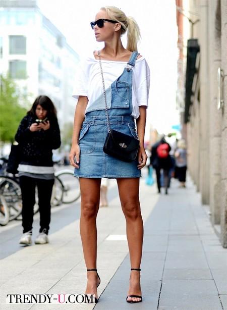 Джинсовый комбинезон с юбкой и белая футболка