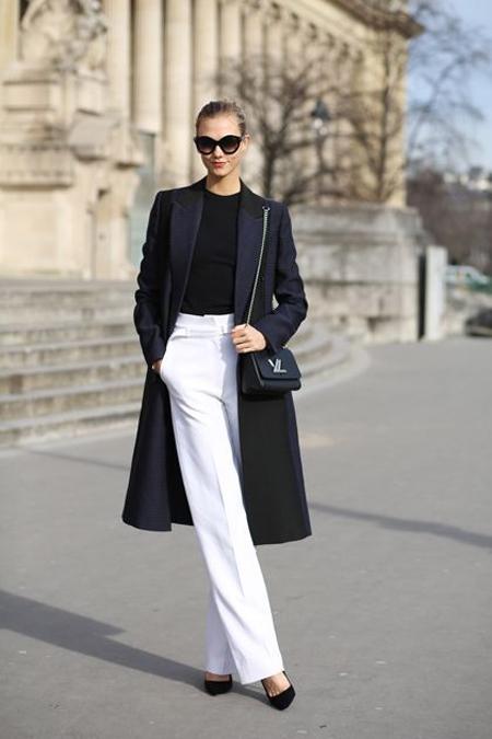 Белые брюки, черная водолазка и тренч