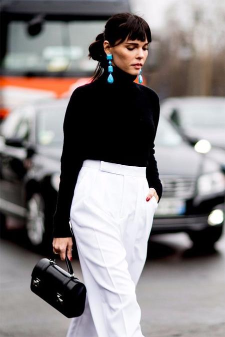 Черная водолазка, белые брюки, серьги