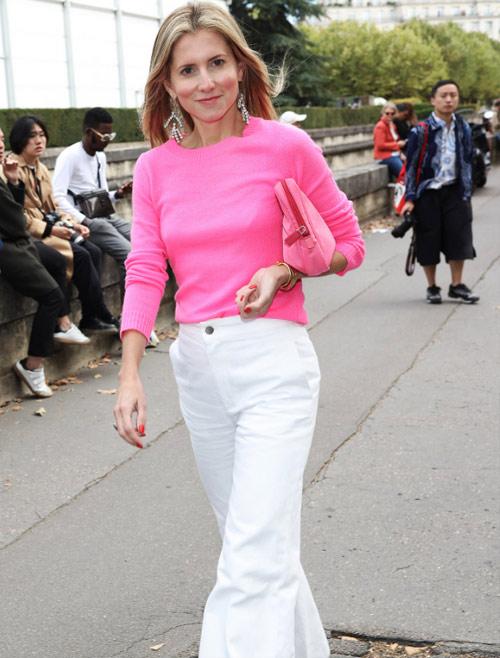 С чем носить белые брюки? - Со свитером цвета фуксии!