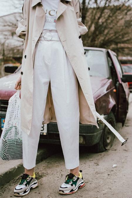 Белые брюки, белый топ и бежевый тренч