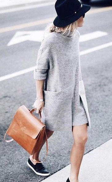 Серое платье - кожаный светло-коричневый рюкзак