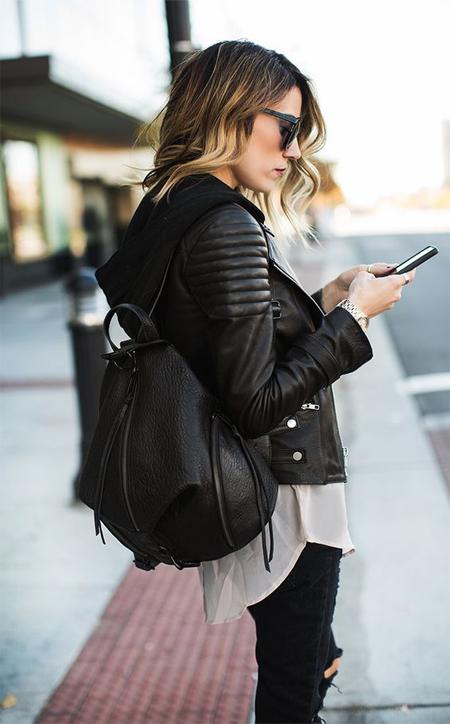 Девушка в кожаной куртке-косухи и с не менее кожаным рюкзаком