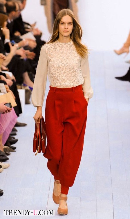 Красные брюки и кружевная блузка
