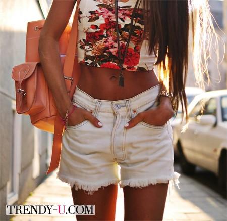 Оранжевый рюкзак и белые шорты