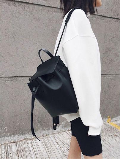 Черный рюкзак, белый свитшот оверсайз и черная юбка