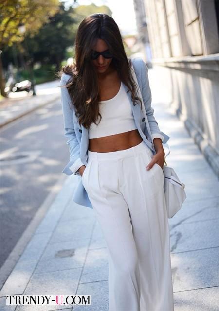 Белые брюки, белый топ, голубой пиджак