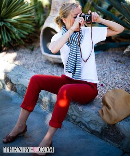 Красные брюки и белая футболка