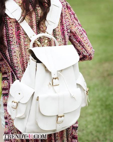 Платье с принтом и белый рюкзак