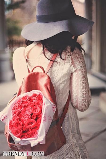 Коричневый рюкзак и кружевное платье