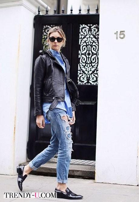 Модные рваные джинсы и кожаная куртка-косуха