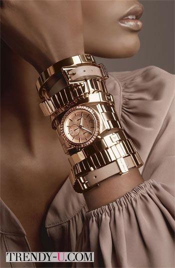 Браслеты и часы к коричневому платью