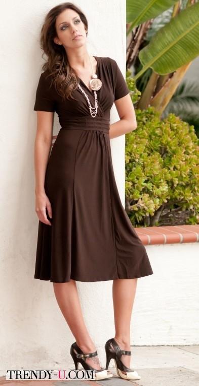 Коричневое трикотажное платье А-силуэта