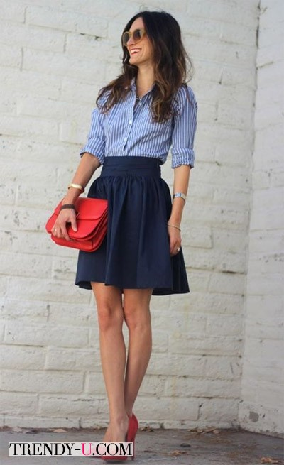 Голубая рубашка в полоску, синяя юбка, красные аксессуары