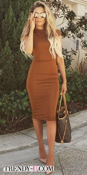 Коричневое платье-футляр и аксессуары