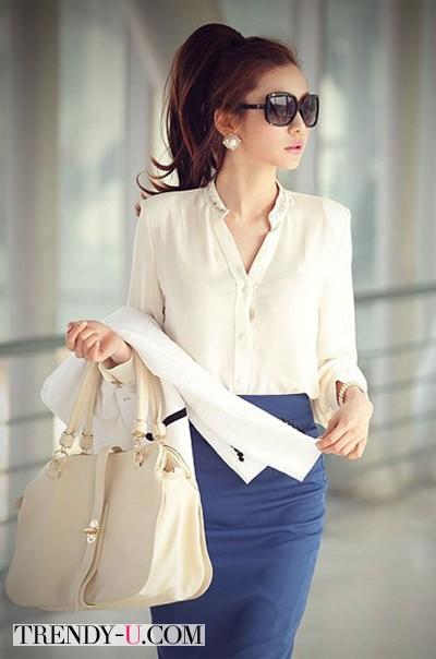 Синяя юбка-карандаш и кремовая блузка