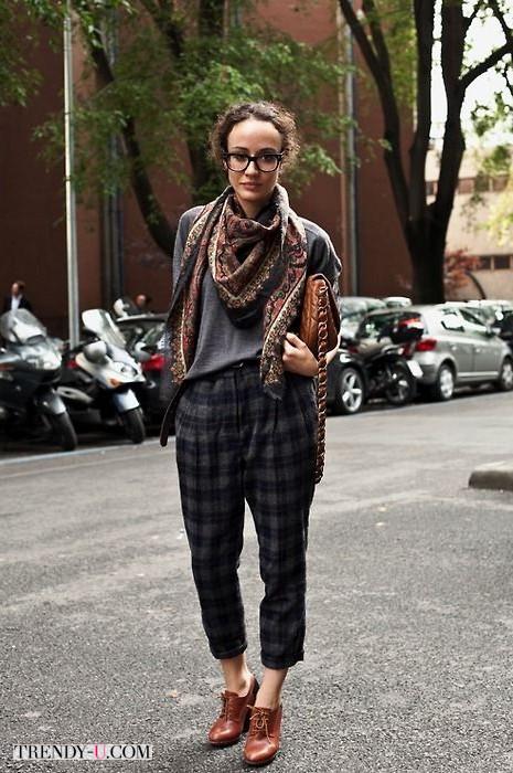Серый свитер, клетчатые брюки