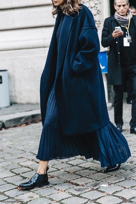Синяя плиссированная юбка и пальто оверсайз