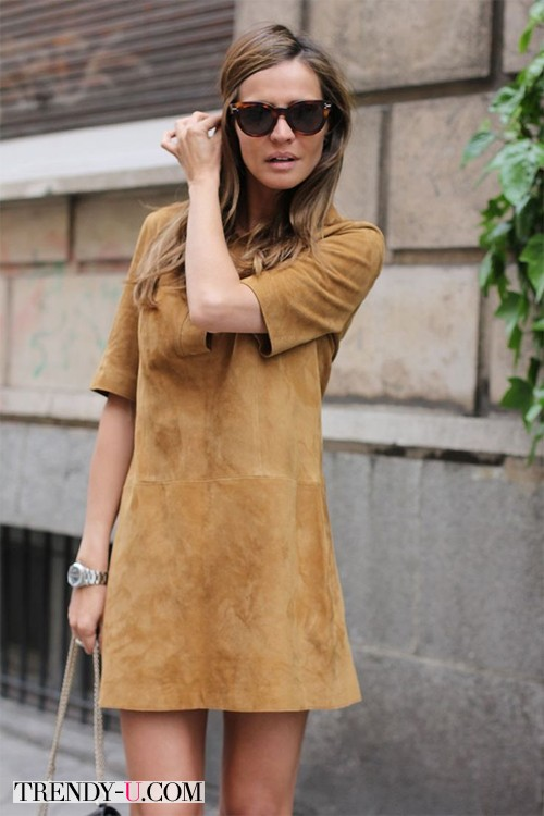 Замшевое платье туника цвета кофе с молоком на уличной моднице