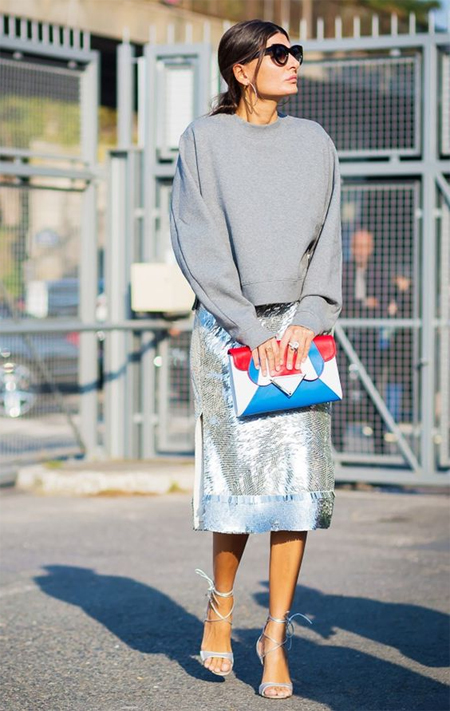 Джованна Батталья в серой юбки и свитшоте
