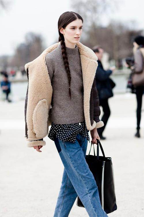 Уличный стиль: короткая коричневая дубленка oversize в сочетании с джинсами