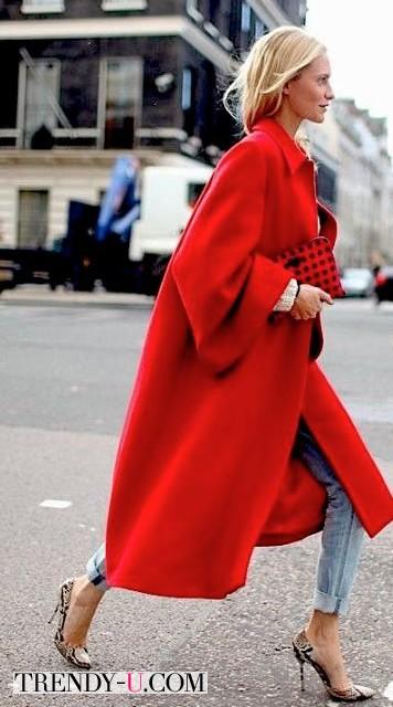 Уличная модница в красном oversized пальто
